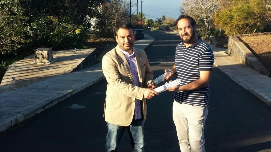 Adán Rodríguez  (Wave Técnica Canarias) y Marcos Lorenzo, concejal  de Obras, Servicios y Urbanismo del Ayuntamiento de Tijarafe, en La Callejeta, con la nueva luminaria led.