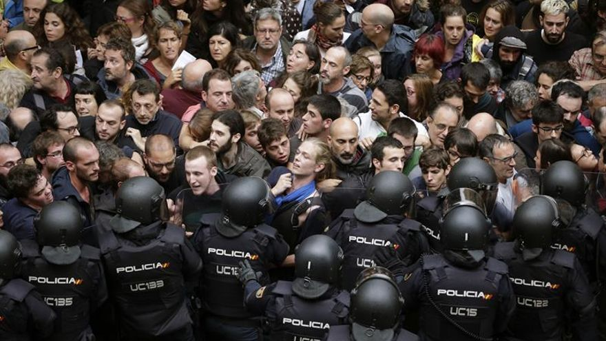 Contención policial de votantes durante el referéndum