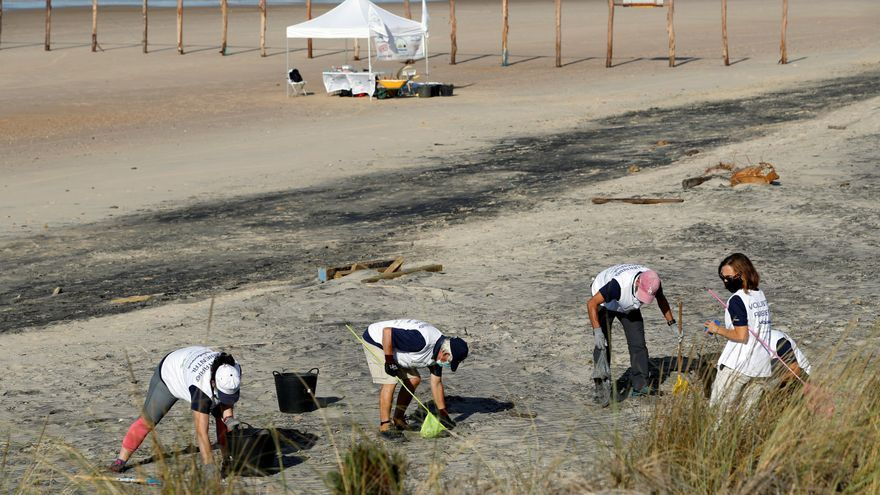 """Bastoncillos y colillas, amenaza de """"inquilinos"""" permanentes en las playas"""