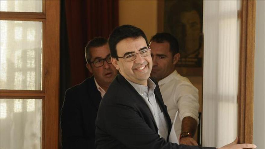 El PSOE-A confía en acercarse a Podemos y dice cumplir el 90 por ciento de las exigencias de C's