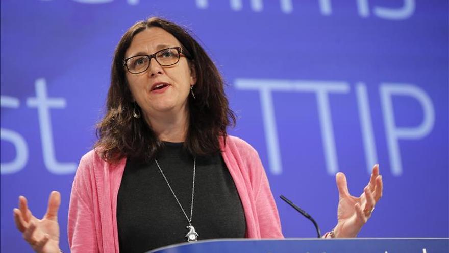 """La comisaria de la UE reconoce que la ciudadanía se siente """"alejada"""" del TTIP"""
