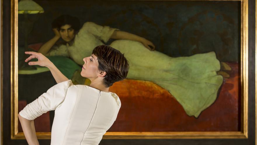 La bailaora Leonor Leal ante un cuadro de Romero de Torres
