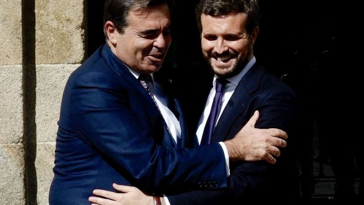 El vicepresidente de la Comisión Europea Margaritis Schinas, y el presidente del PP español, Pablo Casado.