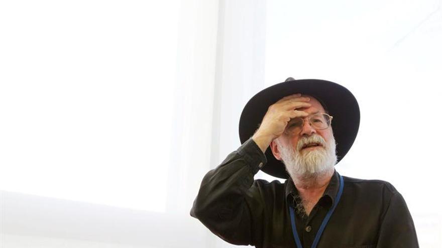 El albacea de Terry Pratchett destruye sus novelas inacabadas con una apisonadora
