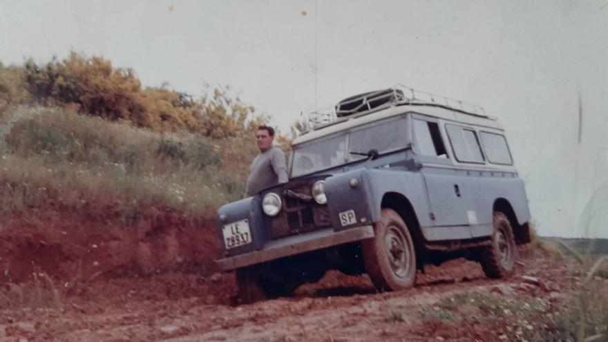 Florencio Martínez 'Chencho' llevó en su Land Rover a la expedición para negociar la carretera de Ancares (León)