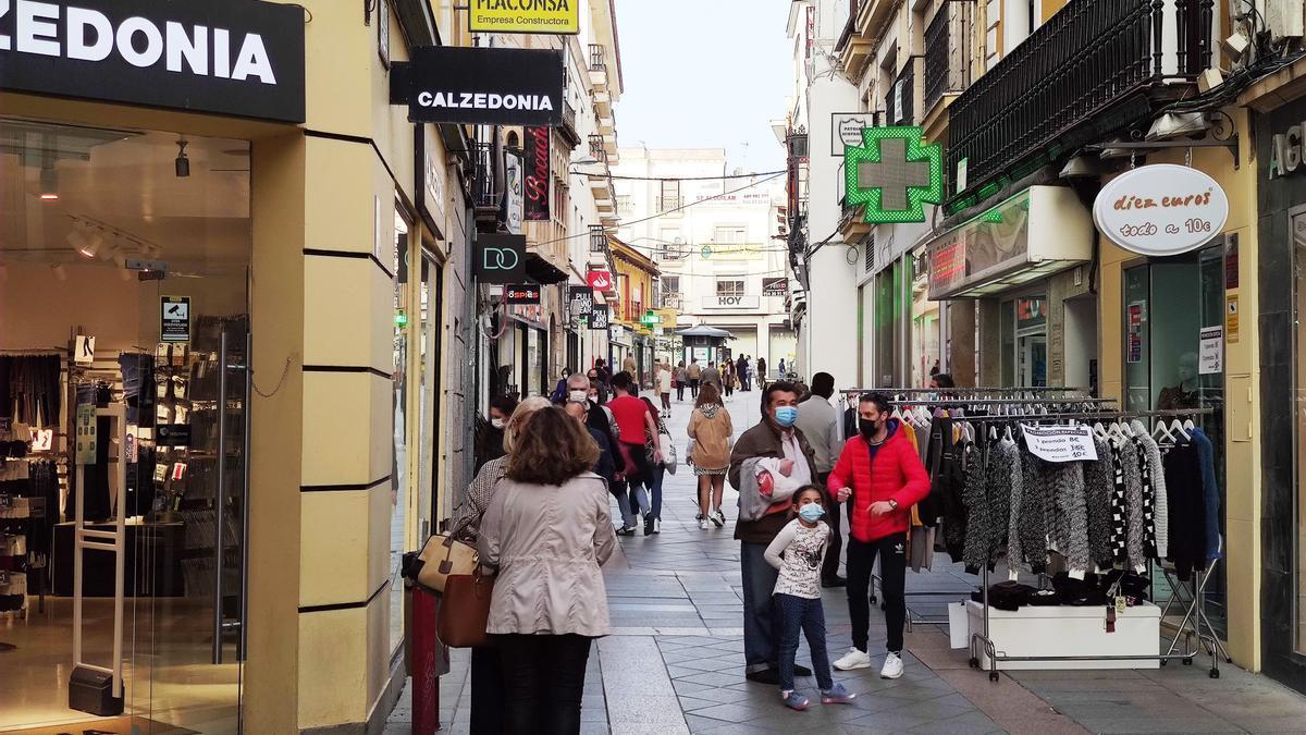 Varias personas con mascarilla en la calle Santa Eulalia de Mérida