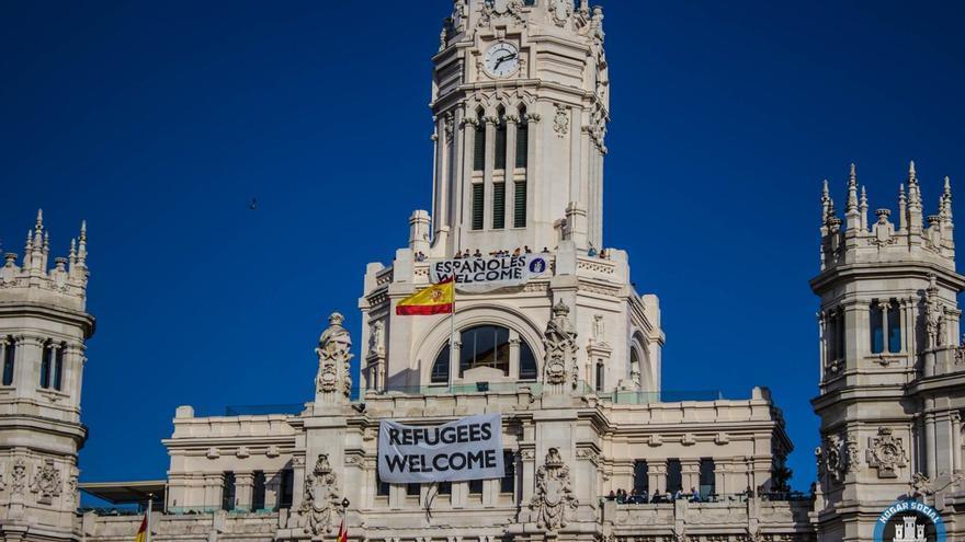 """Militantes de Hogar Social Madrid despliegan pancarta con el lema: """"Españoles Welcome"""" en el Ayuntamiento de Madrid"""