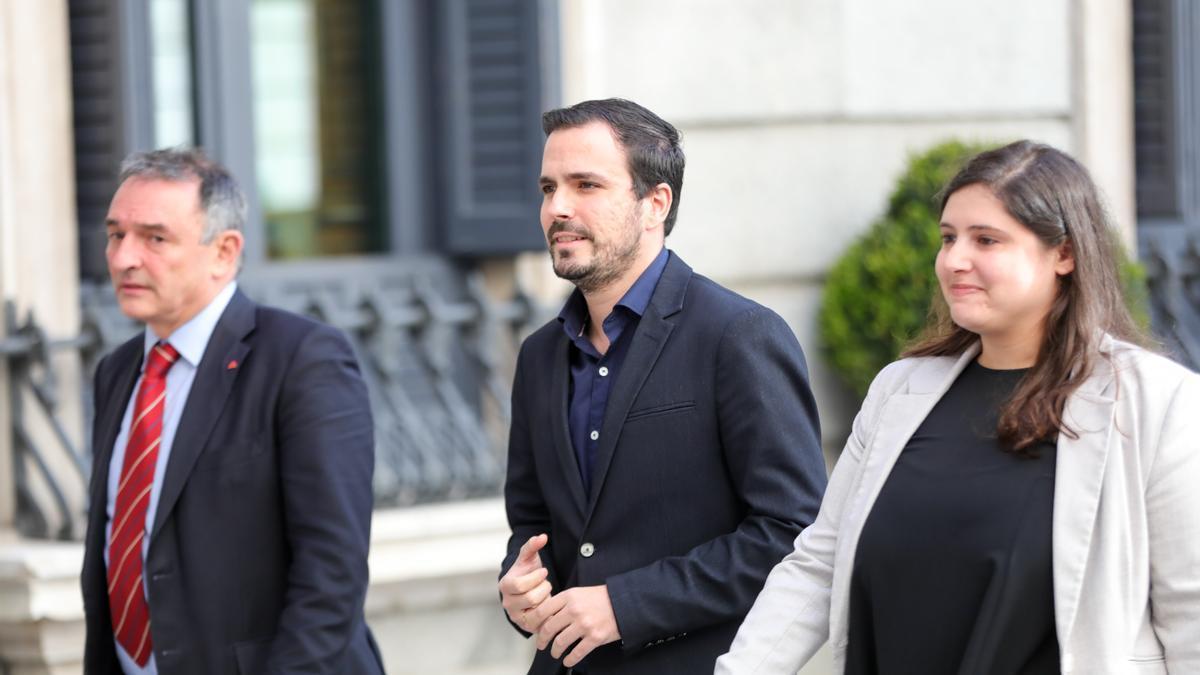El secretario general del PCE, Enrique Santiago, y el ministro de Consumo y coordinador federal de Izquierda Unida, Alberto Garzón, en el Congreso.
