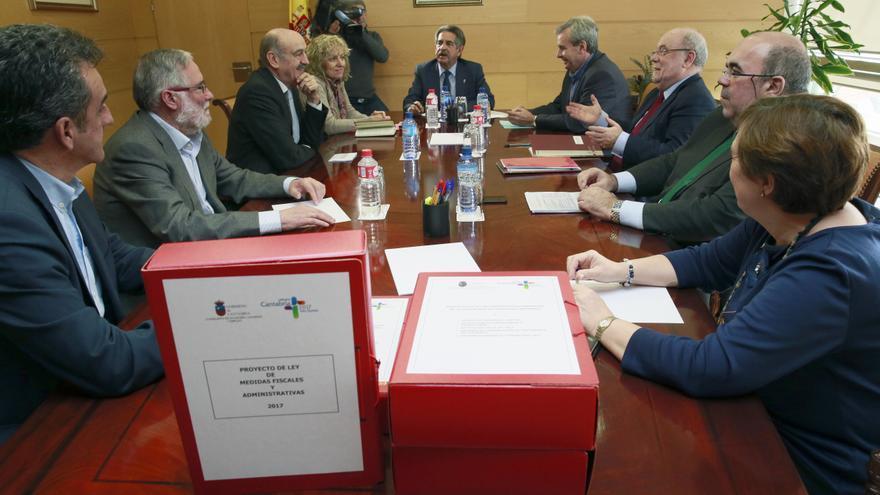 El presidente de Cantabria, Miguel Ángel Revilla, preside la reunión extraordinaria del Consejo de Gobierno para aprobar el Proyecto de Ley de  Presupuestos Generales de Cantabria para 2017