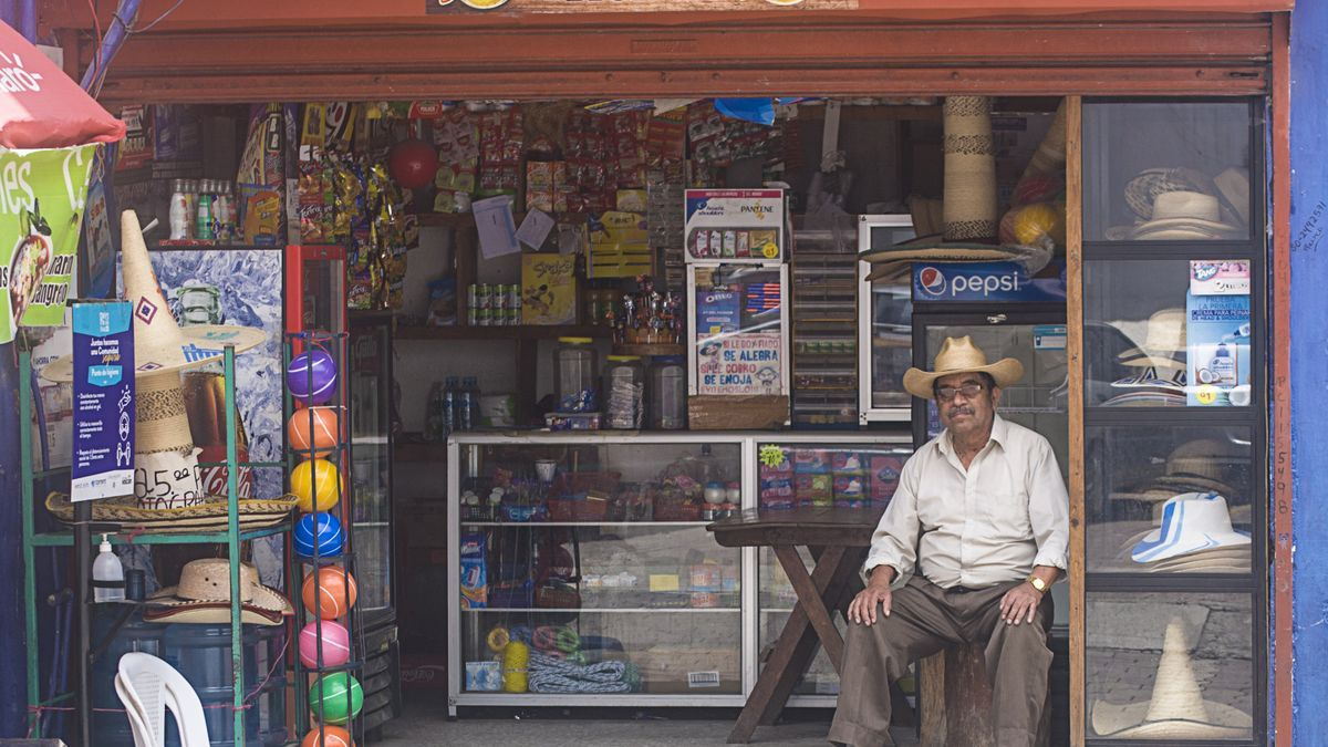La tienda de Ramos Matzar Pérez en Santa Catarina Palopó, Guatemala.