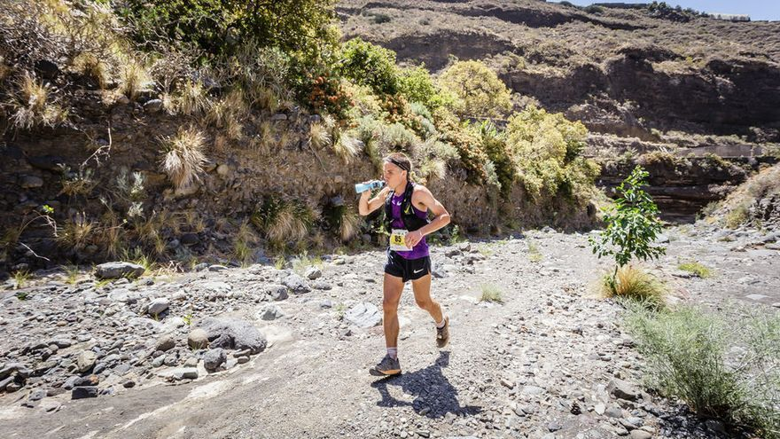 Un atleta ingiere líquidos para combatir la deshidratación. Foto: MIGUEL ÁNGEL LÓPEZ GALÁN.