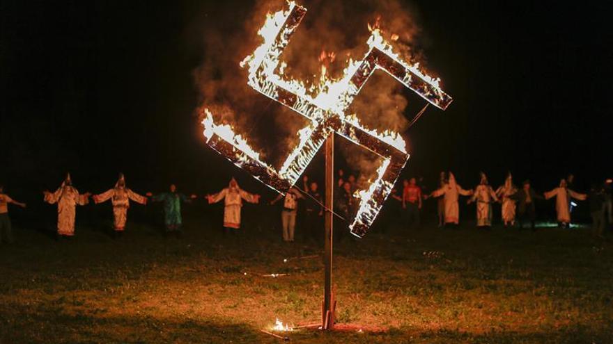 Los supremacistas blancos y miembros del Ku Klux Klan queman una esvástica mientras realizan el saludo nazi en Georgia (EEUU)