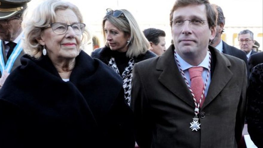 La alcaldesa de Madrid, Manuela Carmena, y el portavoz del PP en el Ayuntamiento, José Luis Martínez-Almeida.