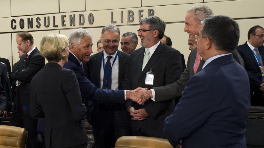 Hagel saluda efusivamente a Morenés en presencia de titulares de Defensa de miembros de la OTAN