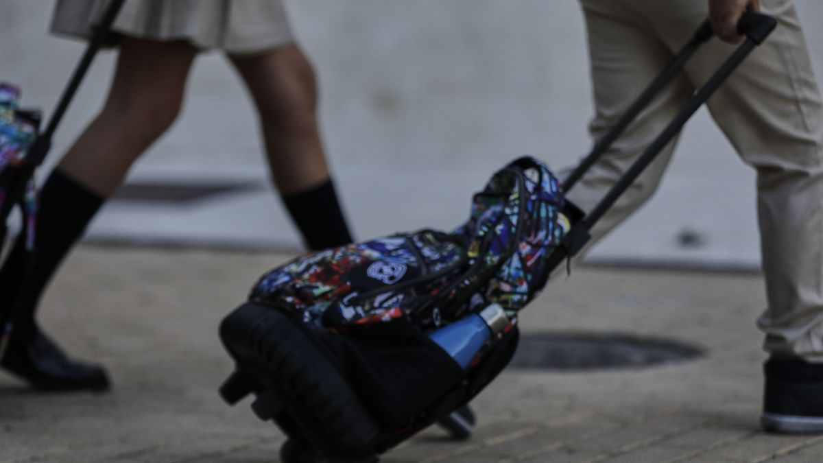 Archivo - Alumnos con mochila.
