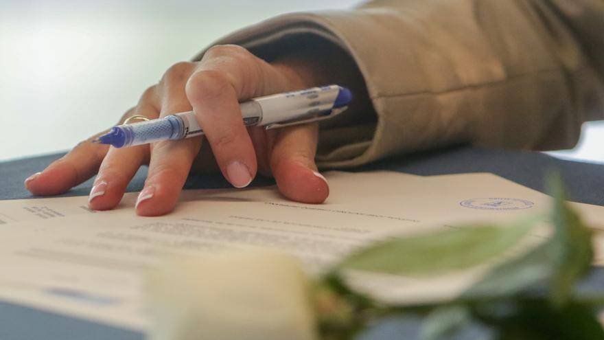 Un ciudadano firmando un documento