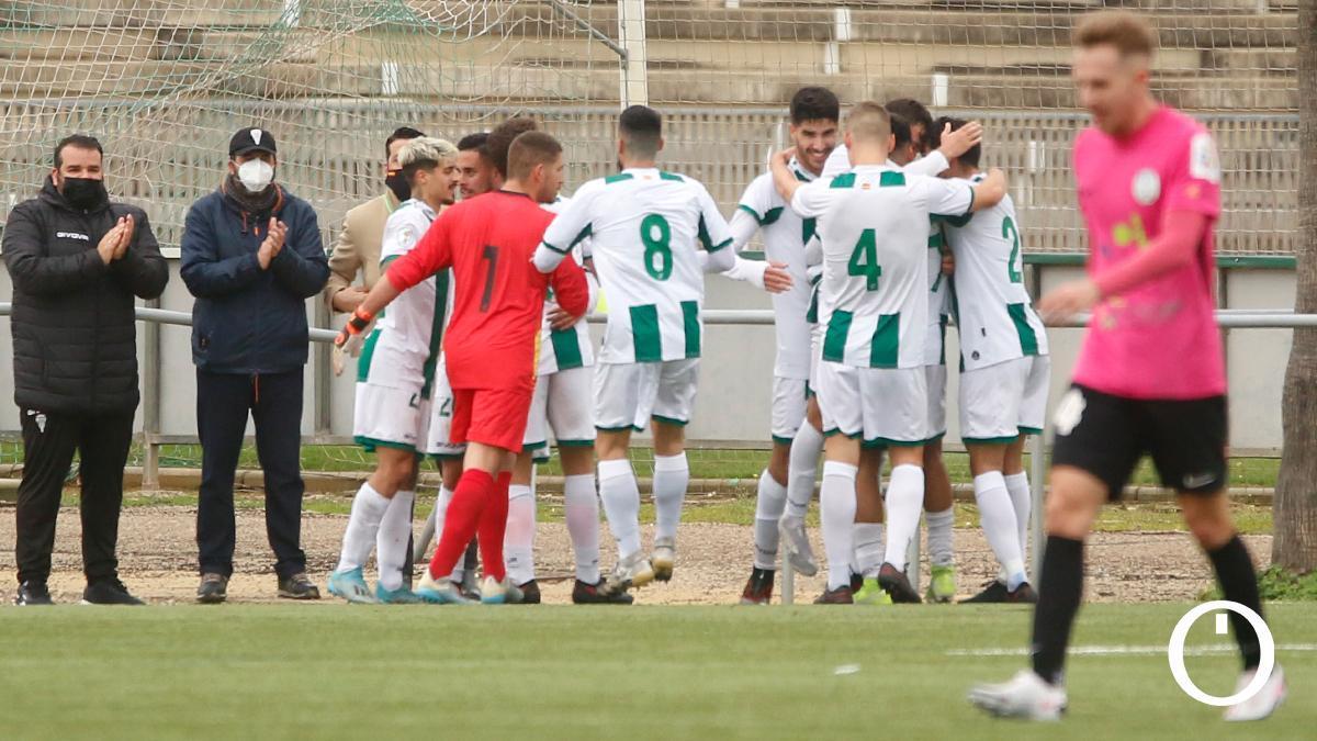 Los jugadores del Córdoba B celebran un gol.