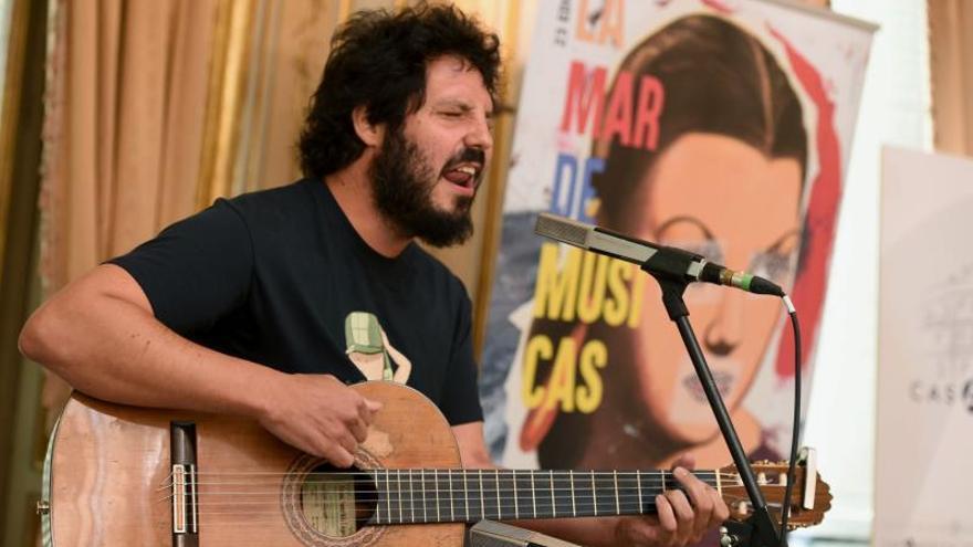 """Actuación del músico Juan Gómez Canca, más conocido como """"El Kanka""""."""