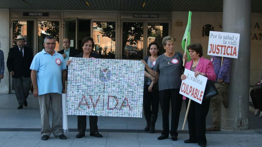 Miembros de la Asociación de Víctimas del Amianto frente a los juzgados.