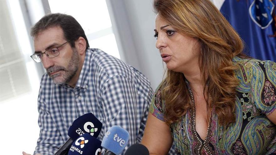 La consejera de empleo y Políticas sociales del Gobierno de Canarias, Cristina Valido, y el presidente de la fundación Márgenes y Vínculos, Ricardo Torres. (EFE/Elvira Urquijo A.)