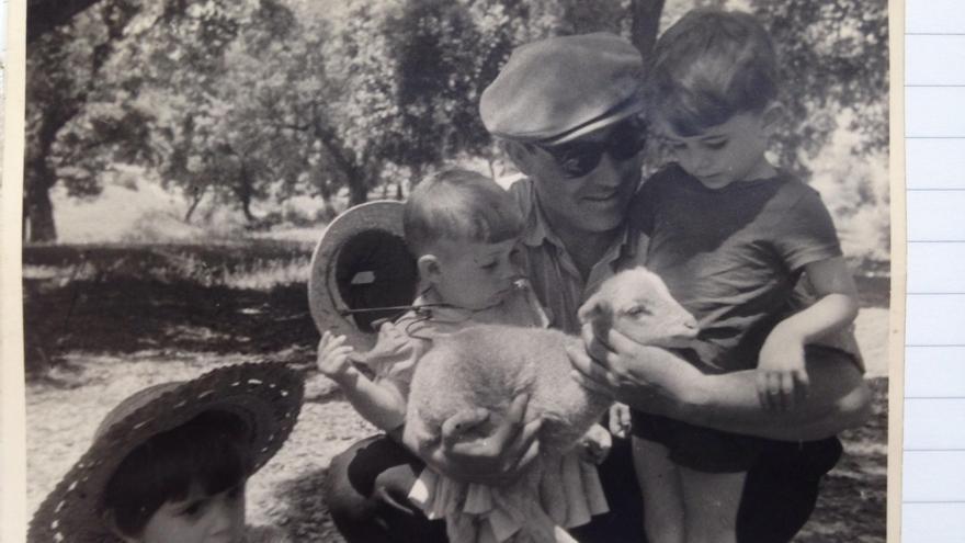 En la foto, mi abuelo, con mi padre, mi tío Juan y una amigo de la familia.