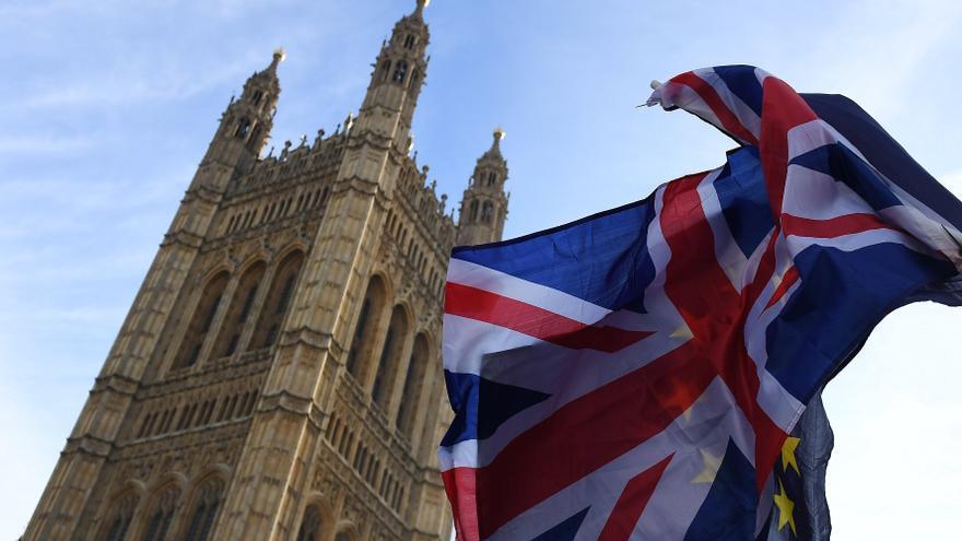 Encuentran documentos militares británicos sobre Rusia en una parada de bus