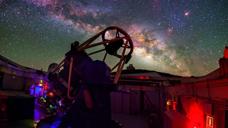 Telescopio Liverpool (LJMU), uno de los telescopios robóticos que puede usar la comunidad educativa dentro del proyecto PETeR, instalado en el Observatorio del Roque de los Muchachos (Garafía, La Palma). Crédito: Daniel López / IAC.