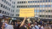 Una de las asistentes alza su pancarta en el homenaje a Verónica
