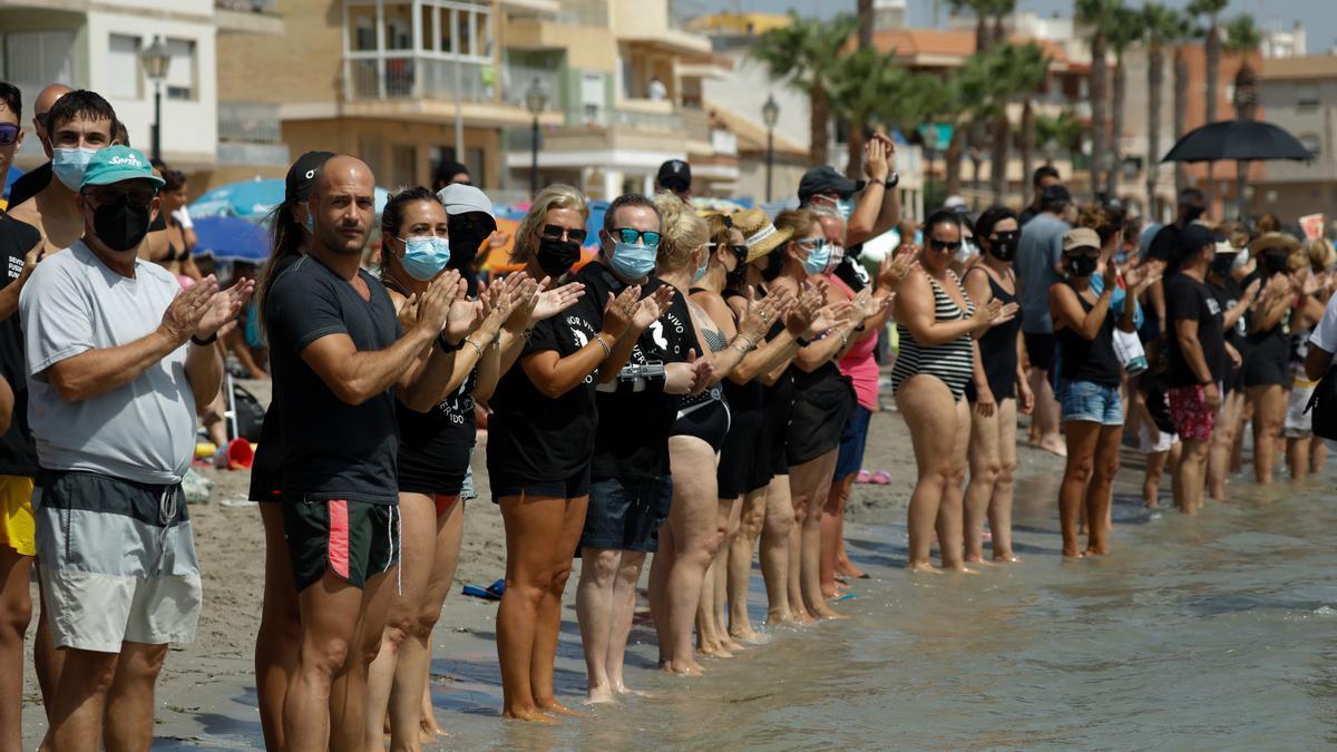 Una plataforma en defensa del Mar Menor organiza una cadena humana para guardar luto a la laguna salada