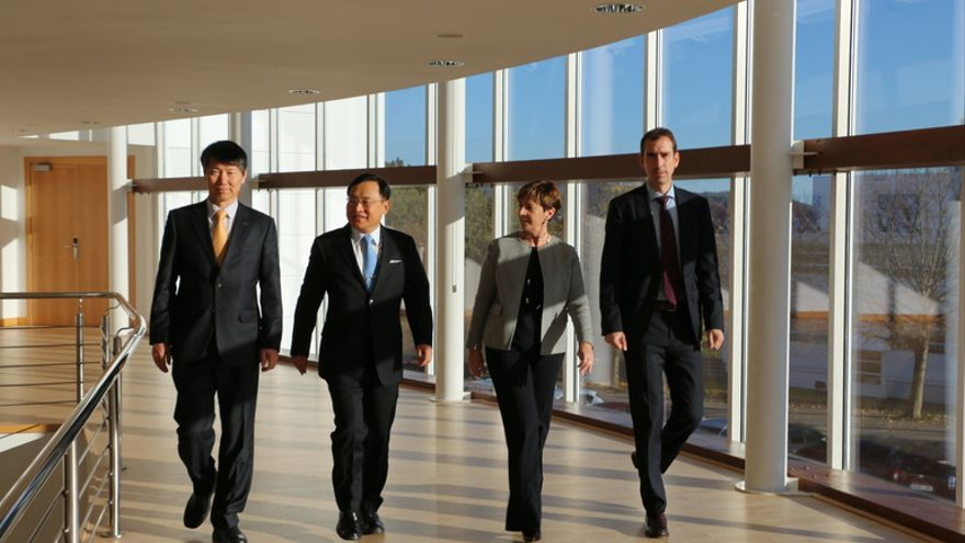 La consejera Arantxa Tapia junto a los representantes coreanos.