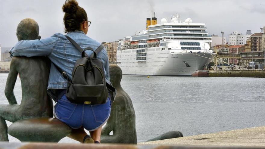 El crucero Costa NeoRomántica recala en la ciudad con 1.500 viajeros
