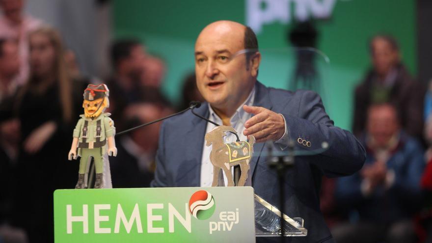"""Andoni Ortuzar, con el 'playmobil' gigante llamado """"Jagoba el ilegalizador"""" o """"Santi"""""""