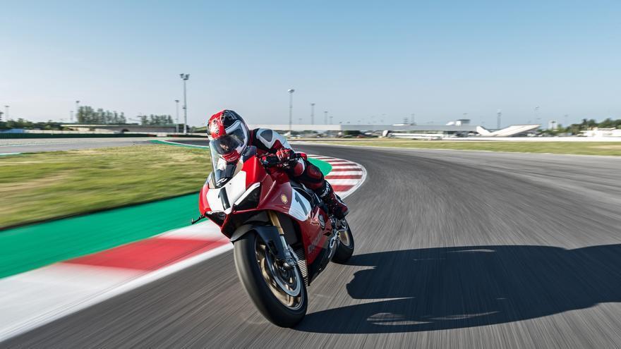 Los pilotos Ducati del Team Aruba.it Racing compitieron en Laguna Seca sobre motos con decoración inspirada en la Panigale V4 25° Anniversario 916