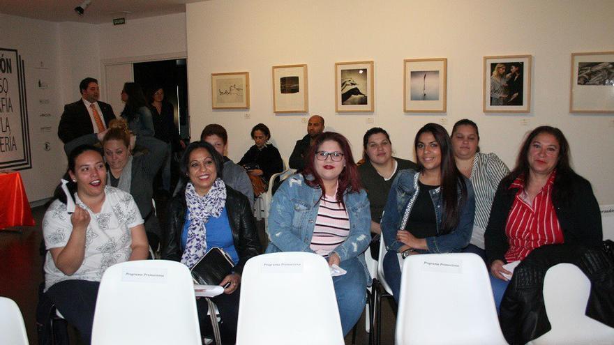 Un grupo de mujeres minutos antes del inicio de la celebración del Día Internacional del Pueblo Gitano en Albacete