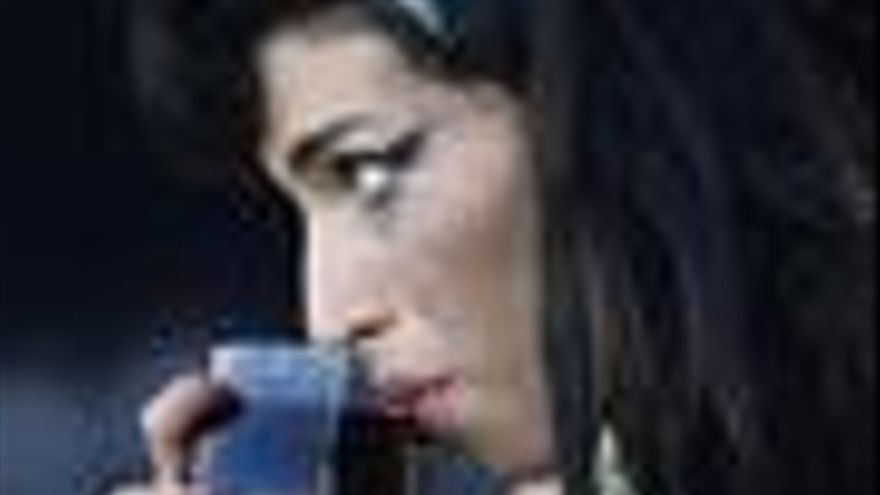 Amy Winehouse bebiendo