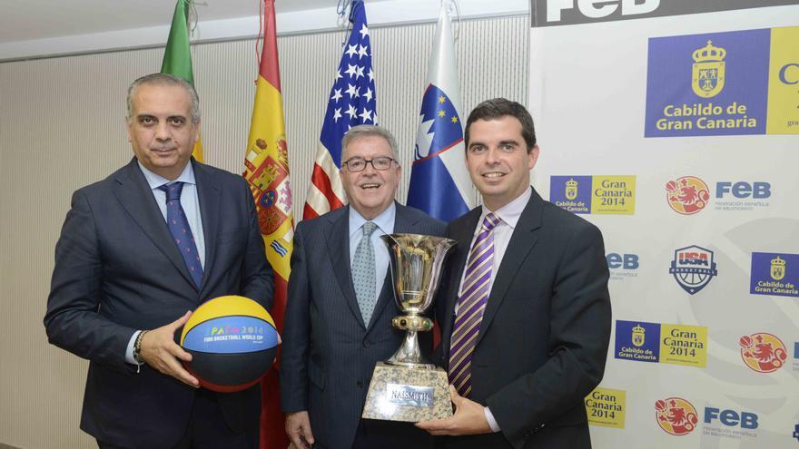 José Luis Sáez, presidente de la Federación Española de Baloncesto, José Miguel Bravo de Laguna y Lucas Bravo de Laguna, con el trofeo de la Copa del Mundo en la presentación del partido Estados Unidos - Eslovenia y España - Senegal.
