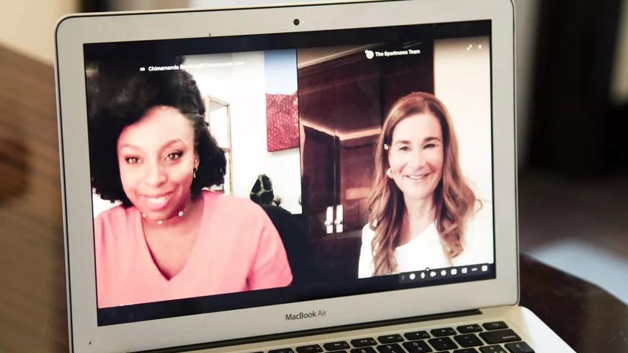 Chimamanda Ngozi Adichie (izquierda) y Melinda French Gates (derecha) durante la entrevista