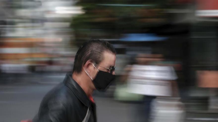 Varias personas son vistas caminando con sus mascarillas por las calles de San José, Costa Rica.