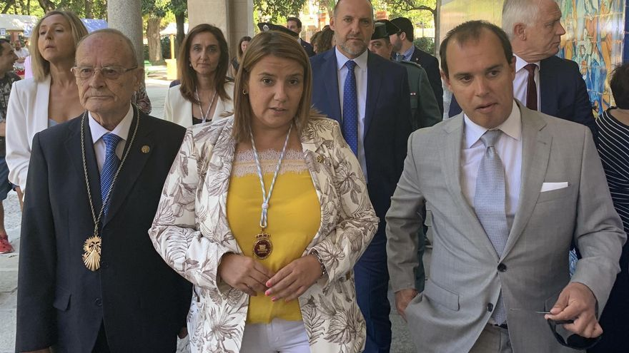 El presidente de las Cortes regionales, Pablo Bellido, junto a la alcaldesa de Talavera, Tita García Èlez