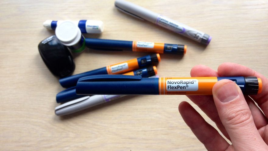 Plumas de insulina, un glucómetro y tiras, material para tratar la diabetes.