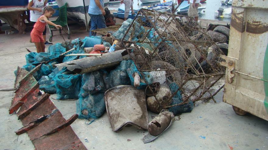 Residuos retirados del fondo del muelle pesquero de Candelaria
