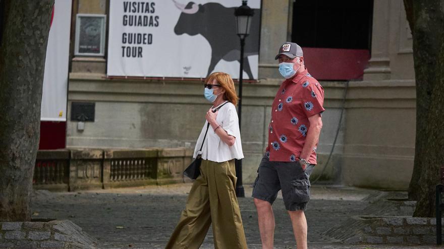 Dos turistas pasean por Pamplona
