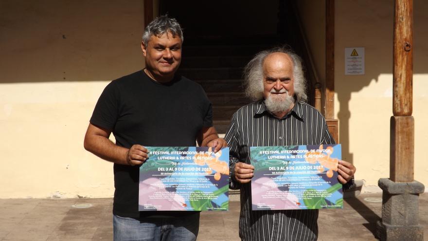 El consejero de Cultura del Cabildo de Fuerteventura, Juan Jiménez, y el director y creador del Festival, Blas Sánchez.