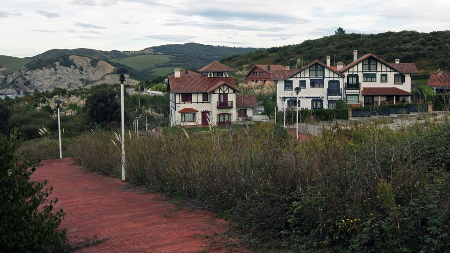 Varios de los chalés considerados ilegales por la justicia en el municipio de Barrika./EDN