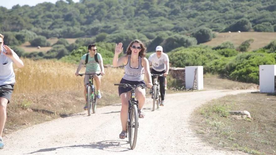 Las rutas en bicicleta por la isla son otras de las actividades de los emprendedores (Imagen: Menorca Millennials | Facebook)