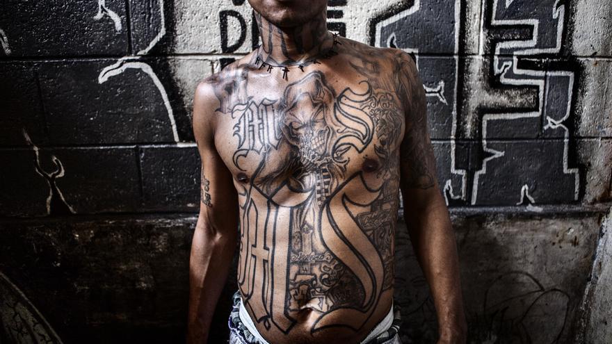 Pandillero de la pandilla Mara Salvatrucha-13 en la cárcel de Ciudad Barrios. Esta cárcel situada al oriente de El Salvador es la base operativa principal de la Pandilla MS13, considerada una de las organizaciones criminales más violentas del mundo. / Pau Coll / RUIDO Photo.