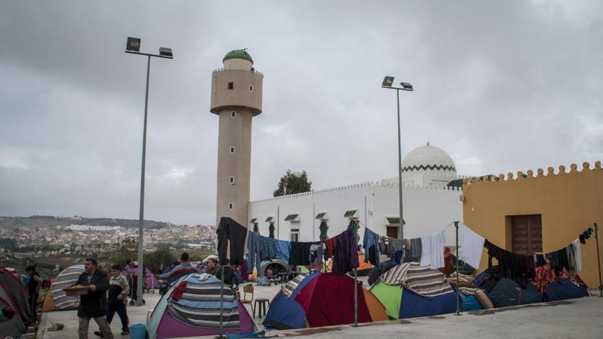 Sirios acampan en la mezquita del cementerio musulmán de Melilla a la espera de ser trasladados a la península./ J. Blasco de Avellaneda