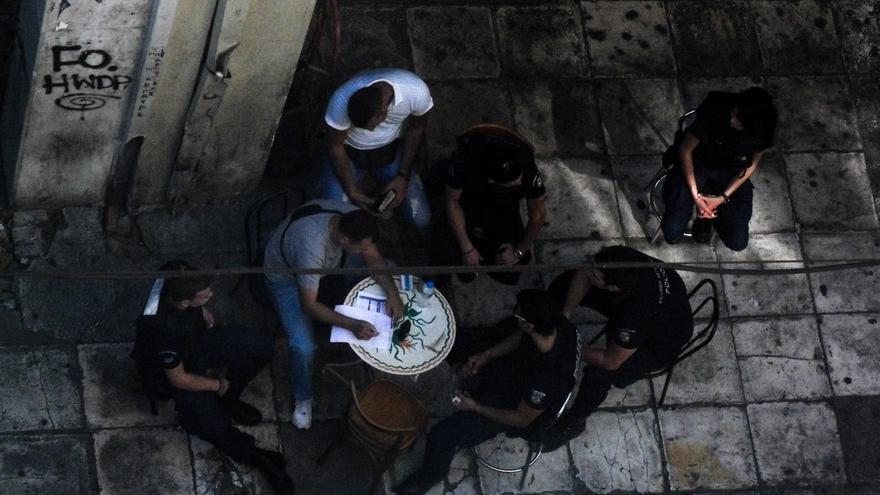 Policías planificando su estrategia durante la operación Xenios Zeus en el verano de 2012. Foto: Clara Palma Hermann