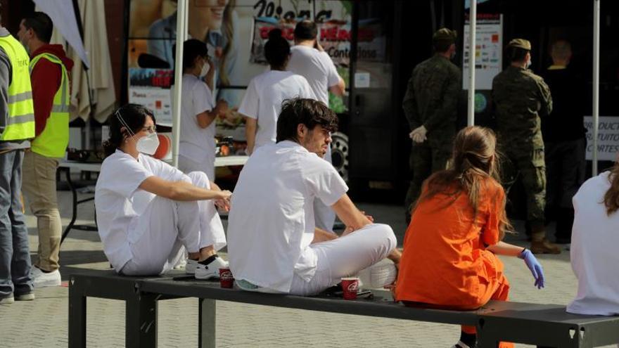Trabajadores sanitarios se toman un descanso en su lucha contra el coronavirus.