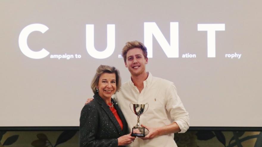 Imagen del momento en el que Katie Hoptins recibió el falso trofeo a manos del 'youtuber' Josh Pieters